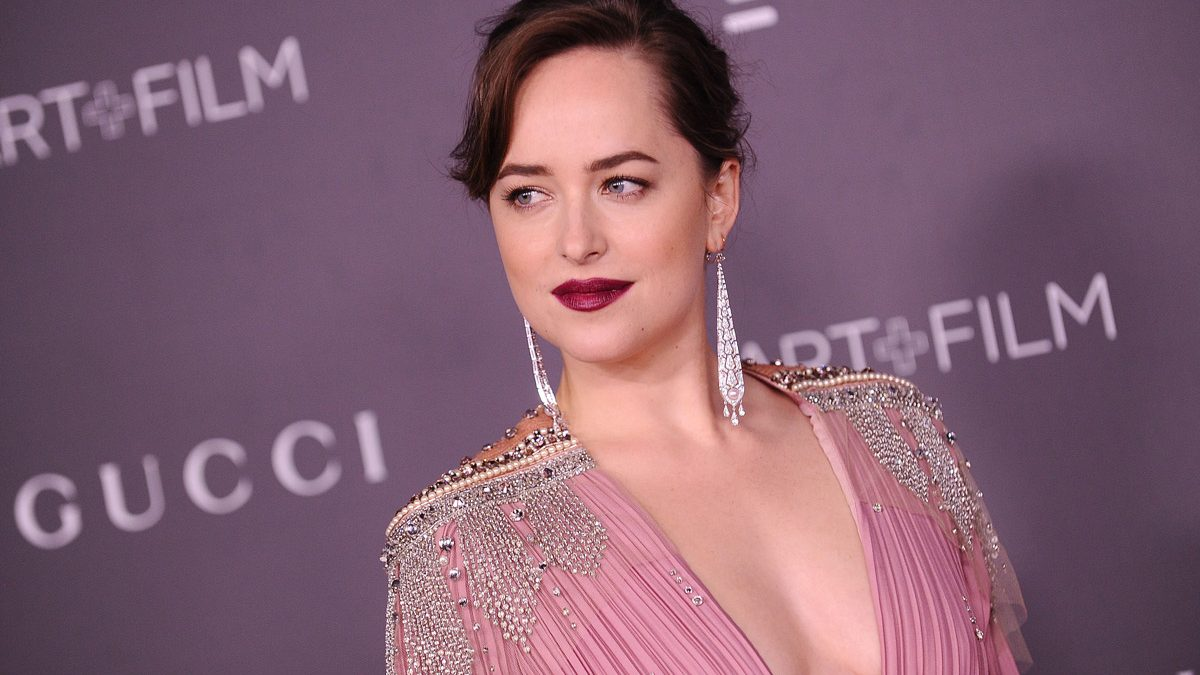 Dakota Johnson sella su amor por Chris Martin con nuevo tatuaje