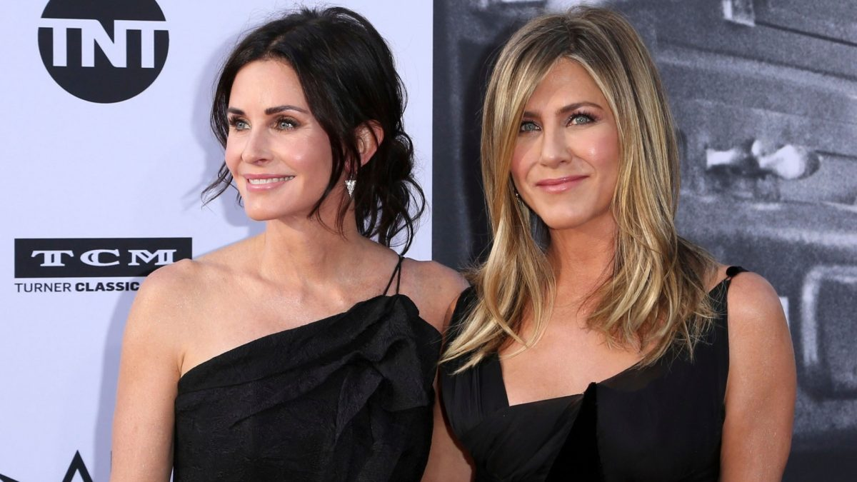 El vuelo de Jennifer Aniston y Courteney Cox aterriza de emergencia