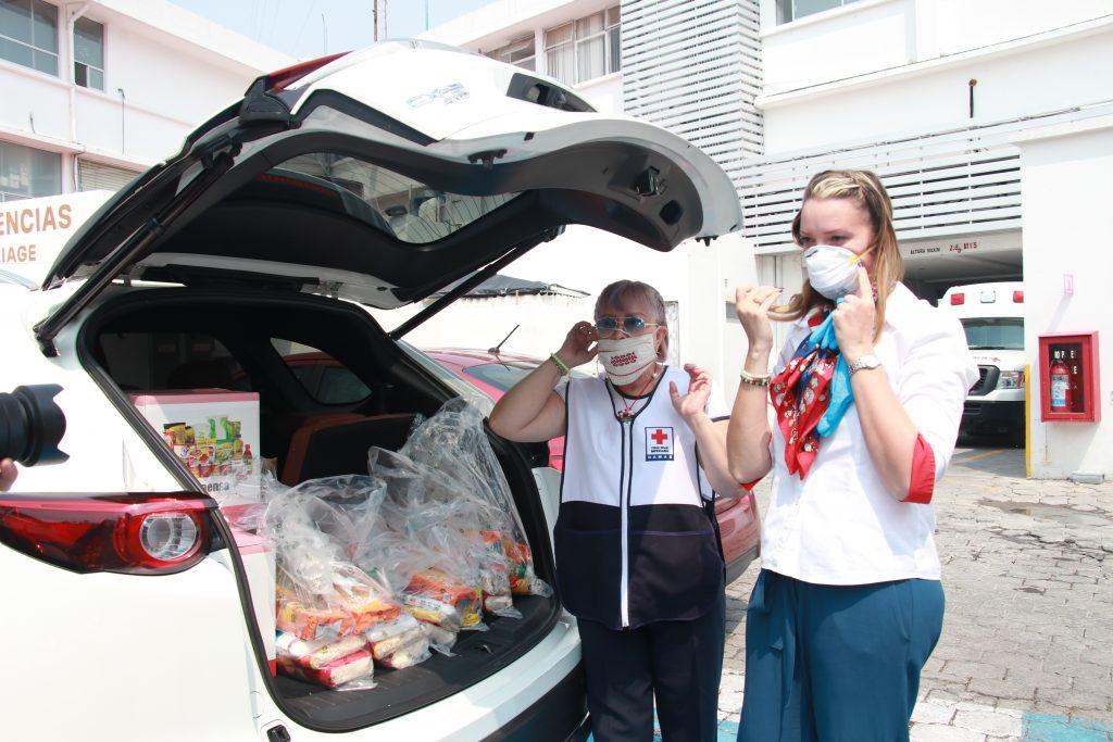 María Eugenia Gómez y Olga Zueva del Comité de Damas Voluntarias, entregaron despensas a familiares de los pacientes