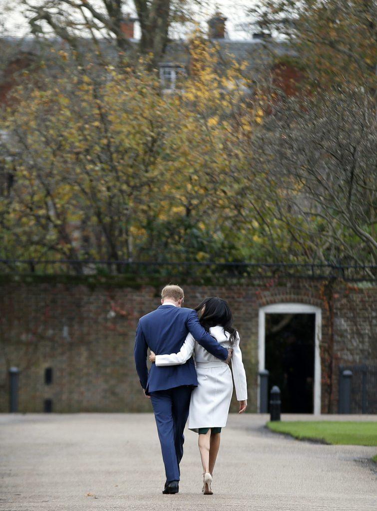 En esta foto del 27 de noviembre del 2017, el príncipe Enrique de Inglaterra y Meghan Markle se retiran tras posar para la prensa en el Palacio de Kensington en Londres. (AP Foto/Alastair Grant, Archivo)