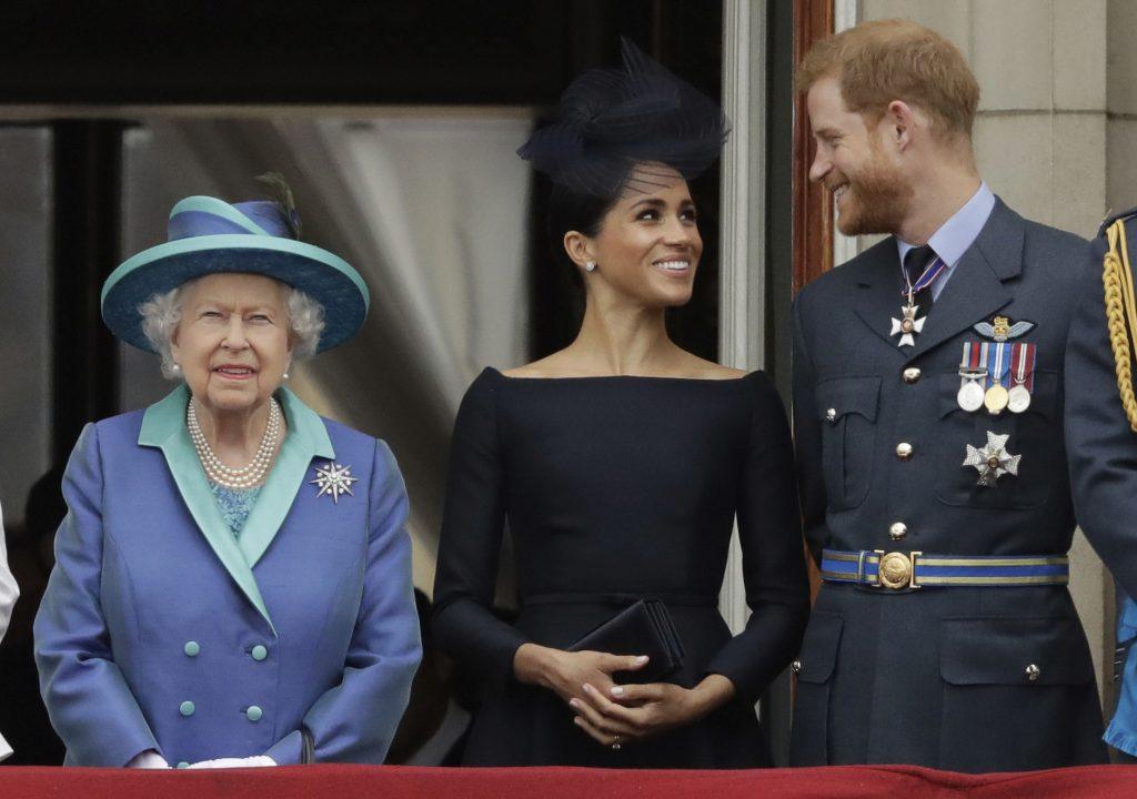 En esta foto del 10 de julio del 2018, la reina Isabel II; Meghan, duquesa de Sussex, y el príncipe Enrique ven un vuelo de aviones de la Real Fuerza Aérea sobre el Palacio de Buckingham en Londres. (AP Foto/Matt Dunham, Archivo)