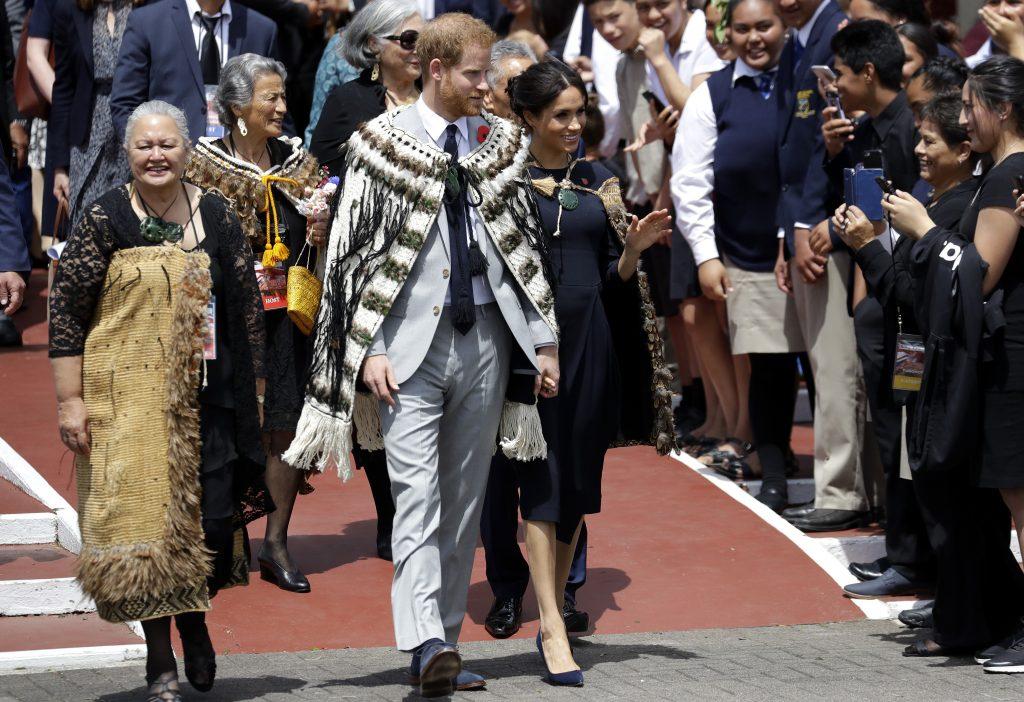 En esta foto del 31 de octubre del 2018, el príncipe Enrique de Inglaterra y Meghan, duquesa de Sussex, saludan al público durante su visita a Te Papaiouru Marae en Rotorua, Nueva Zelanda. (AP Foto/Kirsty Wigglesworth, archivo)