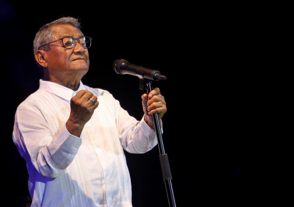En la imagen un registro del cantautor mexicano Armando Manzanero, durante una presentación, en La Habana (Cuba). EFE/Yander Zamora/Archivo