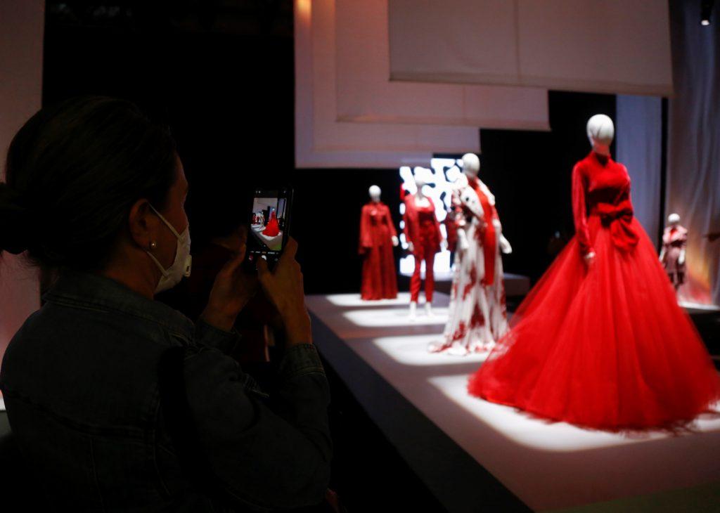 """MEX6334.GUADALAJARA (MÉXICO) 01/09/2020.- Una mujer toma una fotografía de unos maniquíes, que portan vestidos de la colección """"Musa Número Uno"""" del diseñador mexicano Benito Santos, durante la inauguración de la edición 73 de Intermoda celebrado en la Expo Guadalajara, este martes en el estado de Jalisco (México).Una pasarelas de maniquíes con prendas de alta costura dio inicio este martes a Intermoda, la plataforma de la industria de la confección que reúne a 6.000 compradores y busca reactivar la industria tras meses de aislamiento por la pandemia por la COVID-19. EFE/Francisco Guasco"""