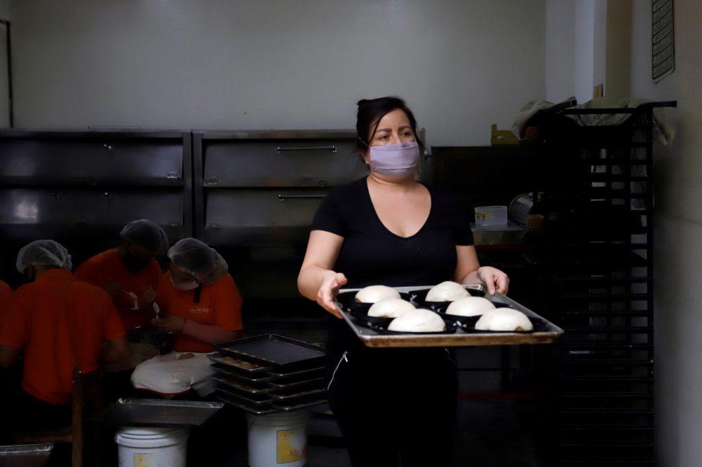 ACOMPAÑA CRÓNICA***AME2304. PUEBLA (MÉXICO), 03/09/2020.- Una mujer elabora molletes poblanos el 2 de septiembre de 2020 en Puebla (México). Con un receta celosamente guardada por los reposteros de la región, el mollete de Santa Clara cumple cerca de dos siglos siendo uno de los dulces insignes del mes patrio y fiel acompañante del tradicional chile en nogada. Desde 1821, el mollete poblano o de Santa Clara ha sido fuente de sustento para las familias dedicadas a los dulces y se vende desde el Día del Padre, el 21 de junio en México, hasta el Día de la Independencia, el 16 de septiembre. EFE/Hilda Ríos