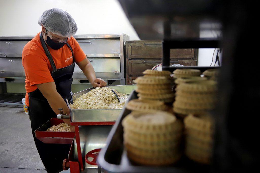 ACOMPAÑA CRÓNICA***AME2300. PUEBLA (MÉXICO), 03/09/2020.- Un trabajador elabora mollete poblano el 2 de septiembre de 2020 en Puebla (México). Con un receta celosamente guardada por los reposteros de la región, el mollete de Santa Clara cumple cerca de dos siglos siendo uno de los dulces insignes del mes patrio y fiel acompañante del tradicional chile en nogada. Desde 1821, el mollete poblano o de Santa Clara ha sido fuente de sustento para las familias dedicadas a los dulces y se vende desde el Día del Padre, el 21 de junio en México, hasta el Día de la Independencia, el 16 de septiembre. EFE/Hilda Ríos