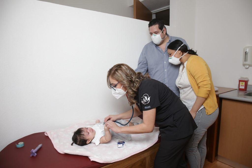 """""""Guiando a mamá para cuidar a su bebé"""". Fotos: Daniela Portillo"""