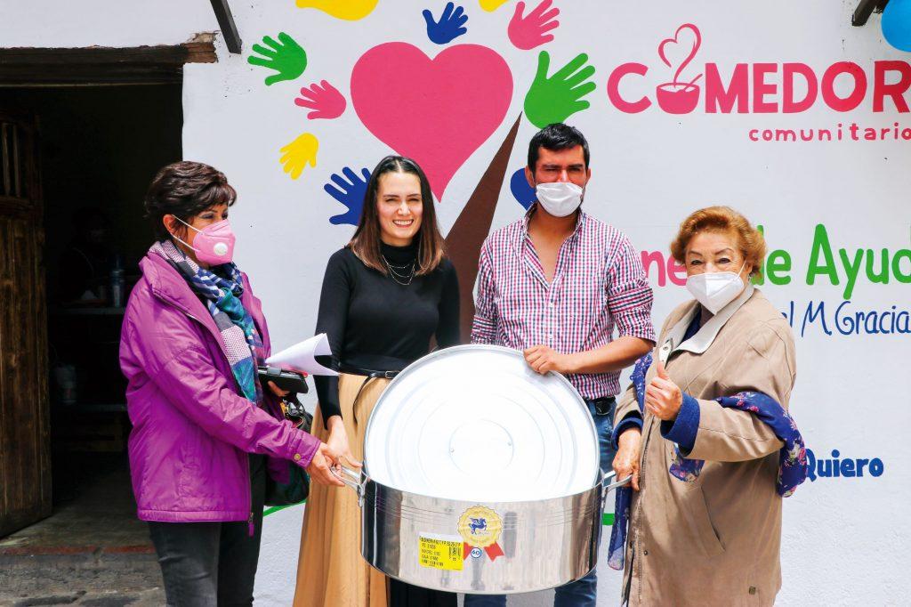 Gestionando diversos apoyos. FOTOS: ABRAHAM CABALLERO/ ROSTROS