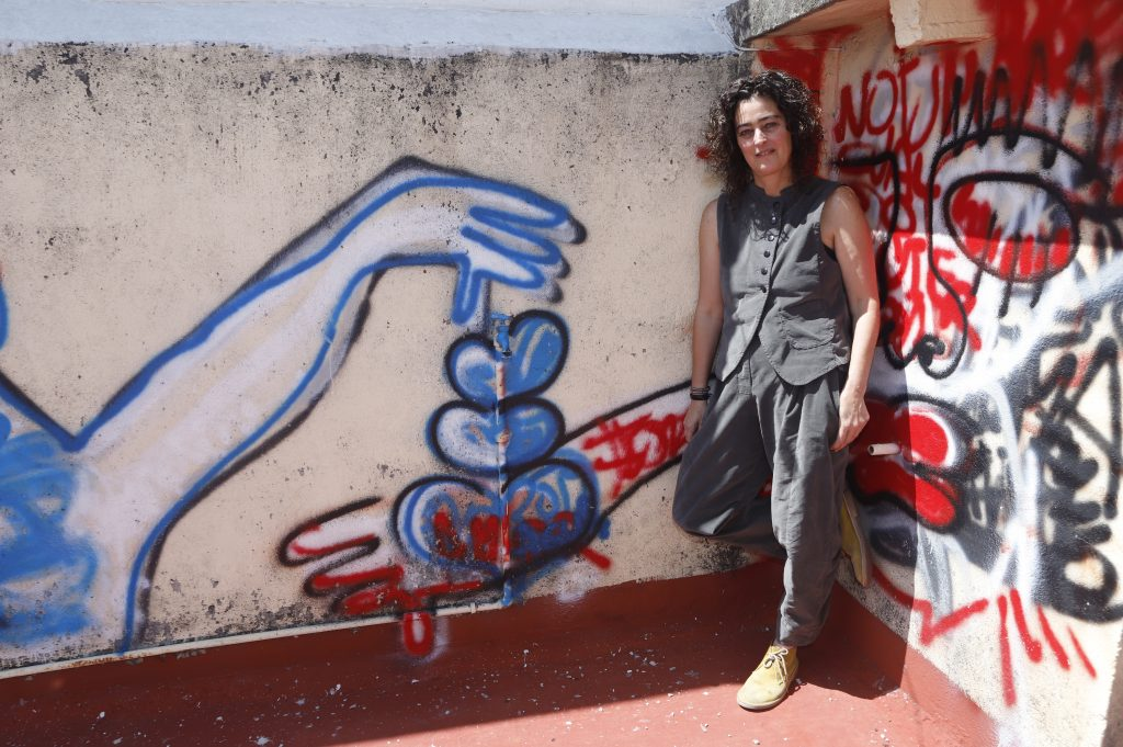 """""""Trabajo con el impulso de pintar la pieza de principio a fin sin interrupción"""". Fotos: Imelda Medina"""