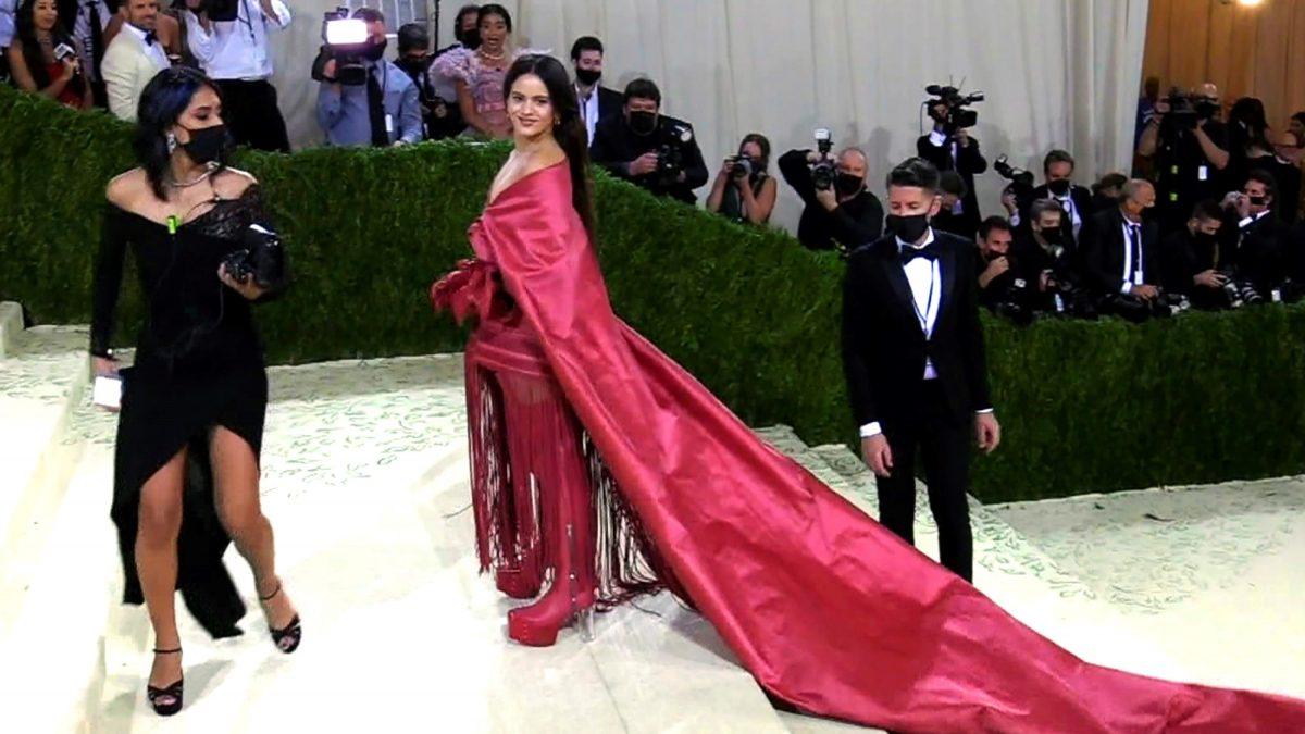 Rosalía lleva el mantón de Manila a la Met Gala de Nueva York